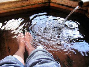 足湯でリンパ節を動かす